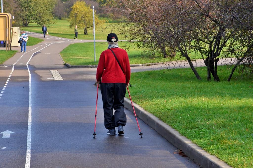Занятие по скандинавской ходьбе организуют в Мещанском районе. Фото: Анна Быкова