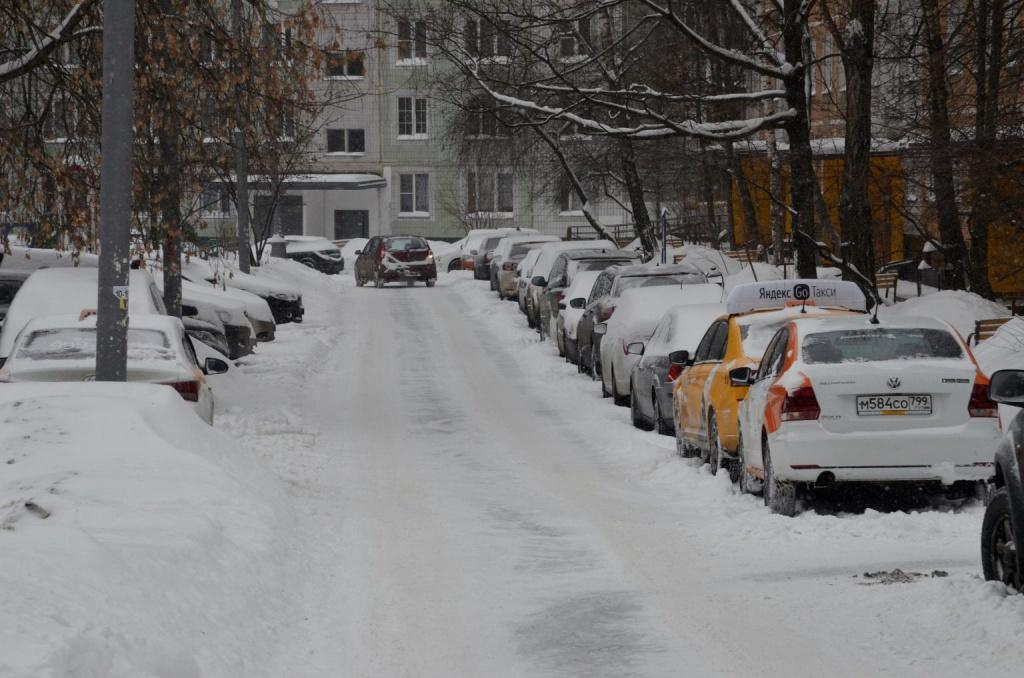 """Сотрудники """"Жилищника"""" расчистили парковки от снега в районе Якиманка. Фото: Анна Быкова"""