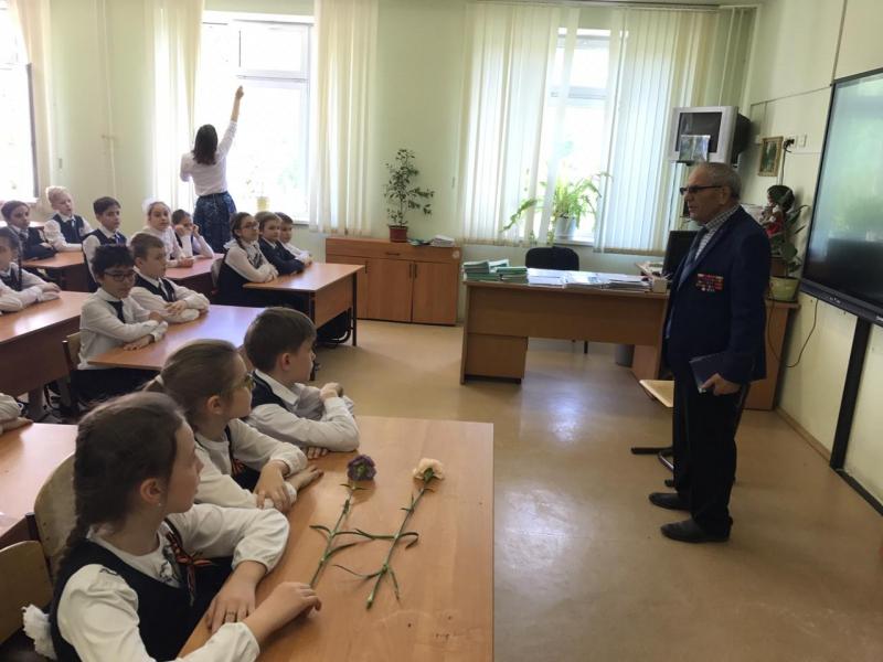 В ГБОУ школа № 480 им. В. В. Талалихина провели патриотический урок. Фото: Пресс-службы УВД по ЦАО
